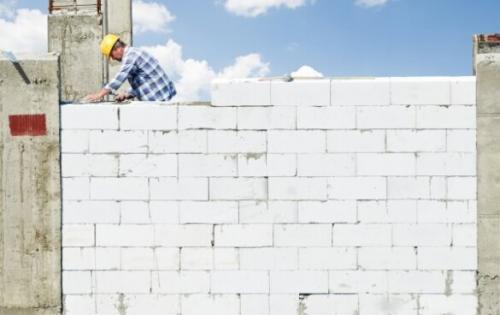 Что дешевле газоблока. Газобетон все больше и больше набирает популярность в качестве материала для строительства загородных домов, гаражей и других построек