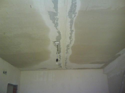 Как замаскировать неровный потолок. Неровный потолок — выравниваем сами