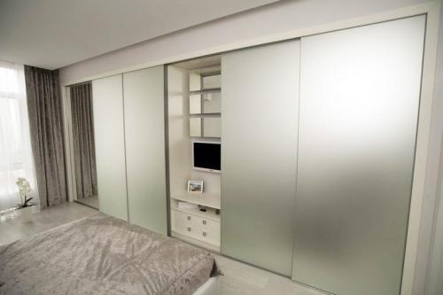 Холодильник в прихожей, как спрятать. Прячься скорее в шкаф! Семь идей о том, как сделать квартиру просторнее
