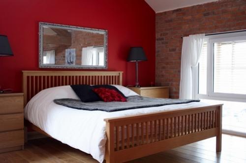 Спальня с кирпичной стеной. Кирпичная стена в спальне: созвучие и контраст