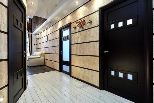 Серые двери, какие обои. Выбираем обои для коридора квартиры с темными дверями, в зависимости от стилистики и размера прихожей