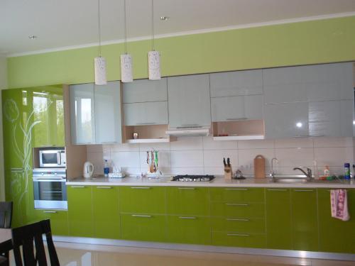 Белая кухня с яркими акцентами. Сочетание белого с другими цветами при выборе гарнитура