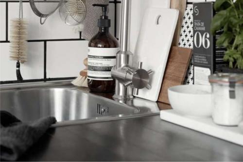 Какие раковины бывают для кухни. Ша.  Сравните: нержавейку, керамику и искусственный камень