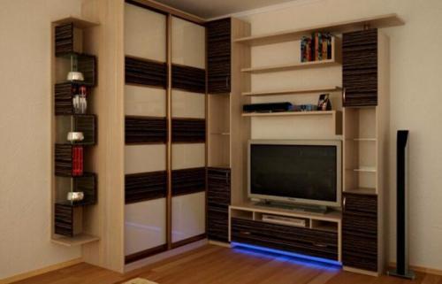 Внутри углового шкафа в гостиной. Угловой шкаф-купе в гостиной