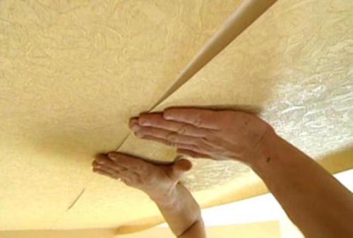 Как правильно клеить обои на потолок виниловые. Техника наклеивания