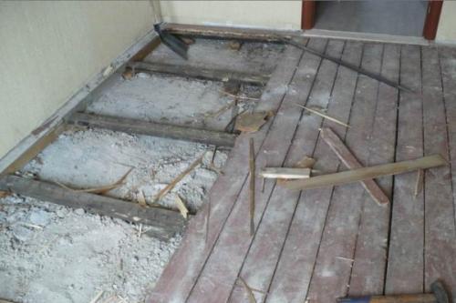 Как положить плитку на деревянный пол в коридоре. Когда есть деревянный пол в нормальном состоянии