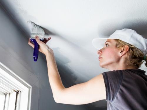 Чем смыть побелку с потолка. Практическая инструкция процесса смывания побелки с потолка