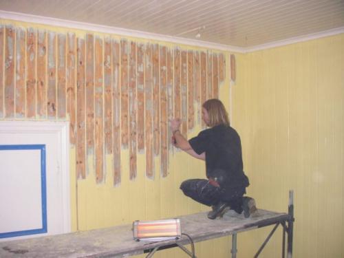 Как краску убрать со стены. Применение химических средств