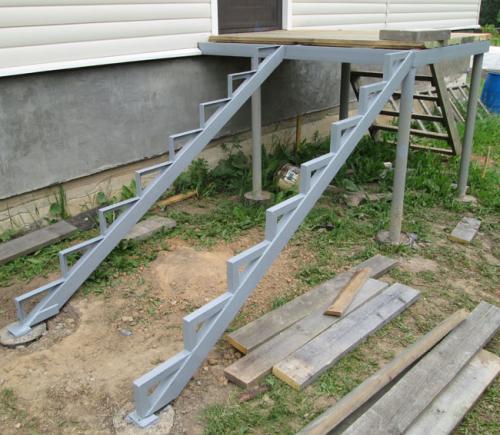 Лестница металлическая для крыльца своими руками. Как сделать лестницу на крыльцо своими руками?
