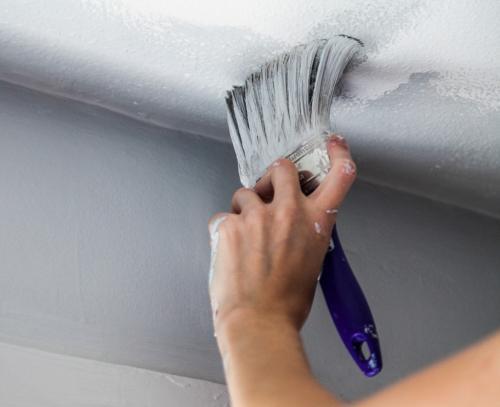 Нужно ли шпаклевать потолок перед покраской акриловой краской. Грунтовка перед покраской водоэмульсионной краской